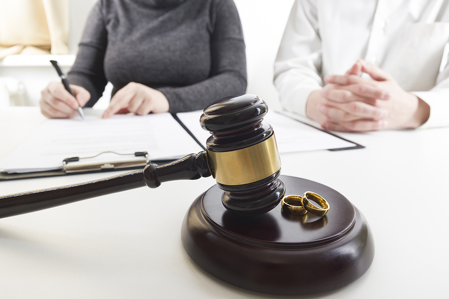 Couple undertaking a divorce procedure